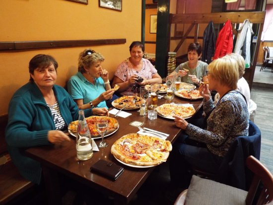 Repas entre amis picture of pizzeria carlo prague for Repas facile amis