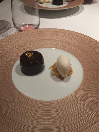 Bagshot, UK: Amazing chocolate and salted caramel dessert