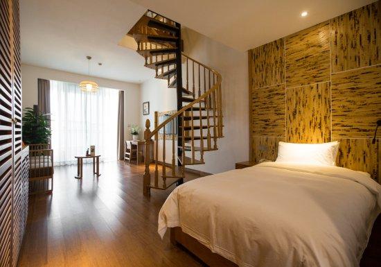 Anji County, China: 复式家庭房,楼上一张一米八的大床,楼下一张一米二的小床