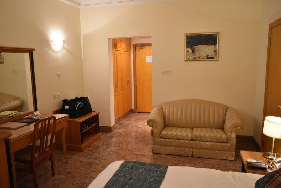Falaj Daris Hotel: La chambre: bureau et canapé.