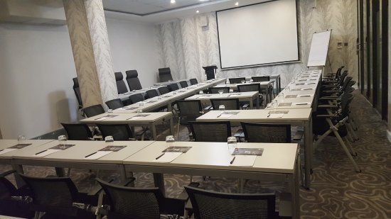 StayWell Hotels: Wallpapered conference and meeting rooms