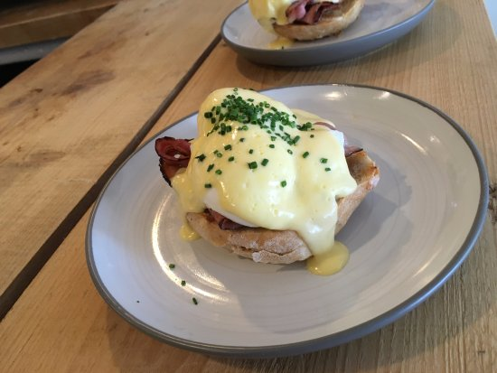 St Agnes, UK: Bacon and Egg Benedict
