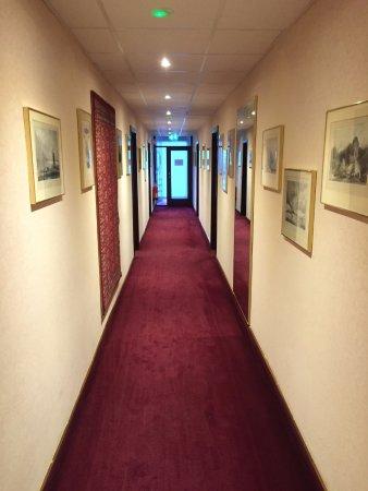 Hotel Holt: 絵画が飾られた廊下
