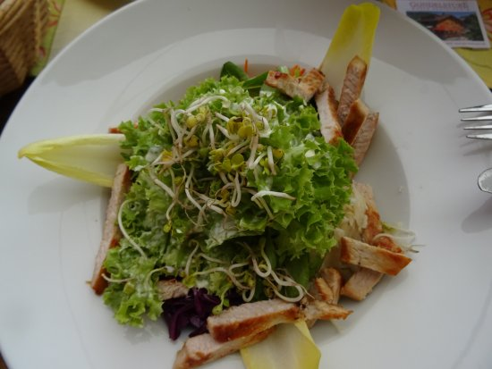 Riezlern, Østerrike: Salat mit Geflügelstreifen, einfach lecker