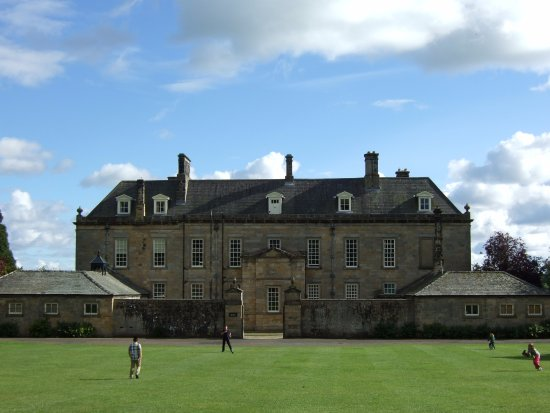 Μόρπεθ, UK: Wallington Hall and children playing with frisbee in courtyard with cafe behind me