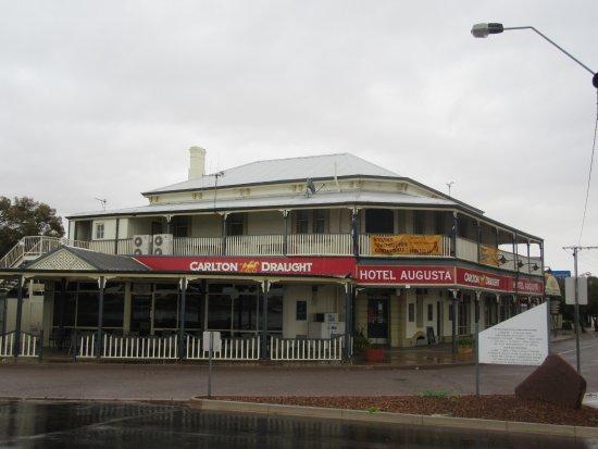 Port Augusta, Australia: Hotel Augusta is the good old pub next door