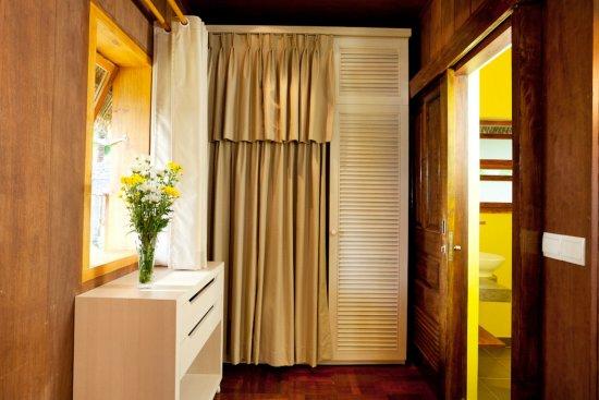 Coco Beach Resort: Wardrobe inside Bungalow