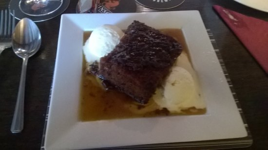 Little Budworth, UK : Sticky toffee pudding and ice cream
