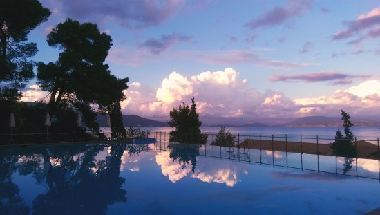 Kontokali Bay Resort and Spa: Stunning evening by the pool.