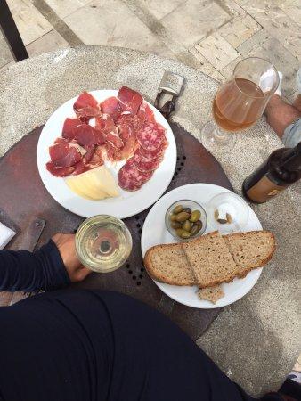 Sa cisterna : оливки, хлеб, хамон, козий сыр и вино!