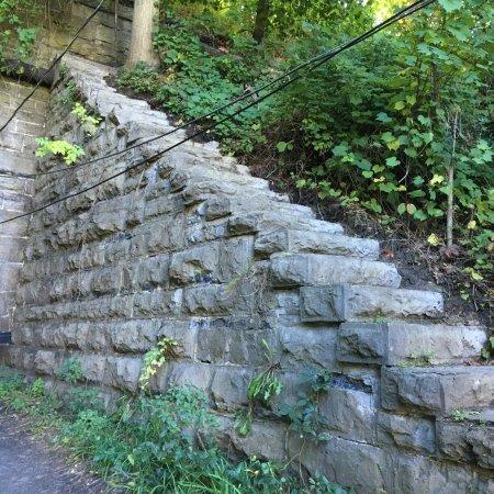 Brighton, État de New York : Corbett's Glen Nature Park - interesting staircase next to tunnel
