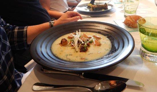 Maine et Loire, ฝรั่งเศส: E scalope de foie gras chaude en dés, petits légumes légèrement croquants, bouillon au lait de c