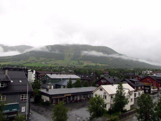 Oppdal Municipality, Norwegia: Vue sur le centre ville et en arrière plan le domaine skiable de Oppdal