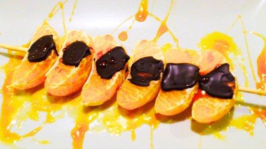 Molina de Segura, España: Brocheta de mandarina con chocolate negro y sirope de caramelo