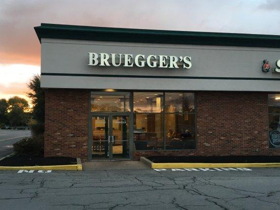 Penfield, Нью-Йорк: Bruegger's - outside at dawn