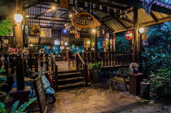 Muang Sakaeo, Thailand: กำลังจะเดินขึ้นบนร้านอาหารจันทร์มณี สวยงามมาก