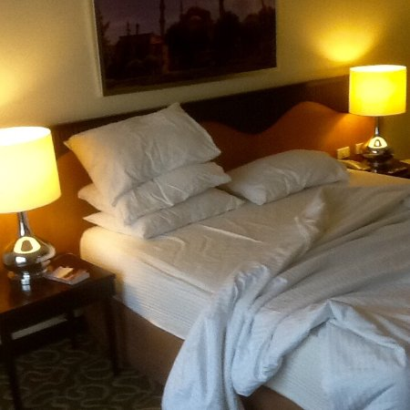 Hotel Elizabeth Cebu: My bed is nice and firm.