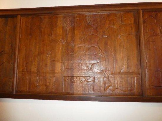 Ivan Mestrovic Gallery: de wanden langs drie zijden met houtsnijwerk