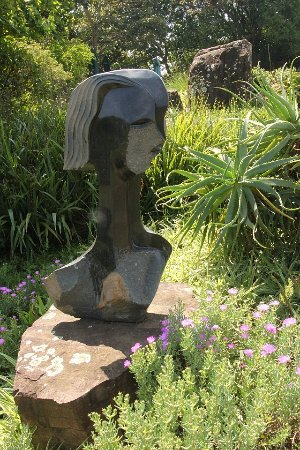 Kloof, Afrique du Sud : Loads of these stone sculptures to be seen