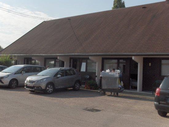 Руффаш, Франция: La charrette que vous voyez est celle de la dame d'ouvrage et ma chambre derrière la 1ere voitur