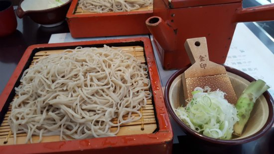 Shimosuwa-machi, Japón: わさびとともに蕎麦を食べる