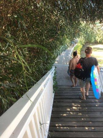 Can Garden Resort: Sahile inen merdivenler. Yemek wc içecek ihtiyaçlarınız için sürekli kullanmanız gerekiyor.