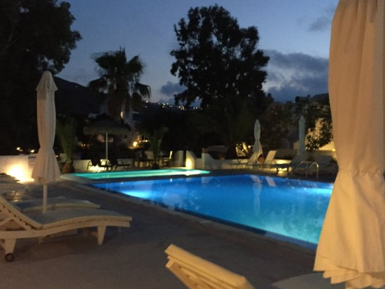 Pelagos Hotel-Oia: The pool area at night. The dining area is just behind the camera, as is the outdoor bar.
