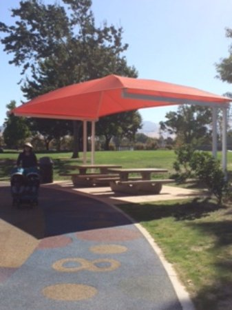 Walnut Creek, Californië: Shaded picnic tables