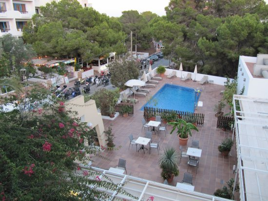Hostal Roca Plana : la vista della piscina e del dehor del bar dalla nostra camera