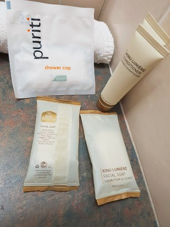 Caboolture, Australia: Freebies Shampoo soap and conditioner, shower cap and face washers