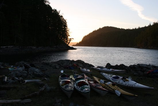 Heriot Bay, Canadá: Kayaks at sunset