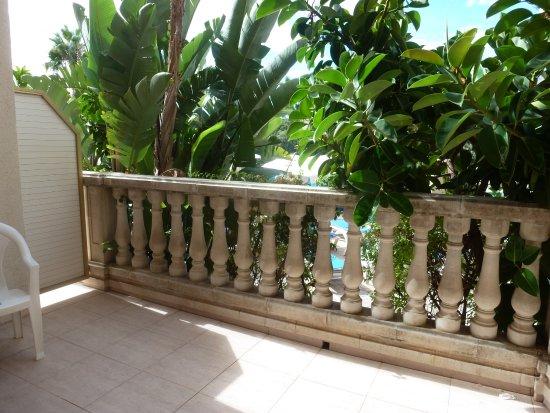 Hotel-Aparthotel Dorada Palace: Demandez la chambre 003, rez de chaussée, grand balcon, vue sur la piscine, verdure.