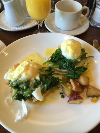 Jordan, Kanada: Eggs Benedict with broken Hollandaise