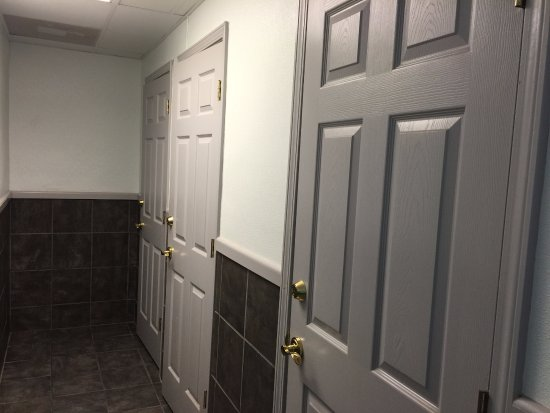 Clabough's Campground: Doors going into shower rooms