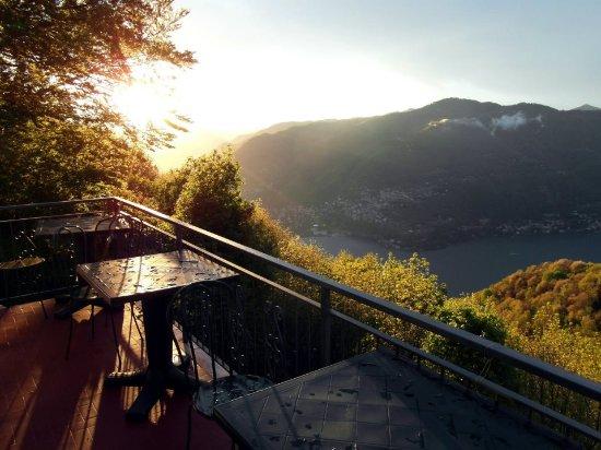 Brunate, Italia: La spettacolare vista dal Terrazzo del Bettolino al tramonto.