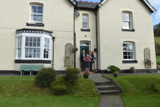 Old Vicarage Powys Guesthouse: Marilyn in the centre with Di of Di's Taxis on the right