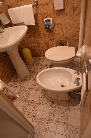 La Tavernetta Hotel: Kúpeľňa jednolôžkovej izby
