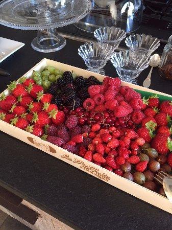 Baden, France : Fruits aux petits dejeuner