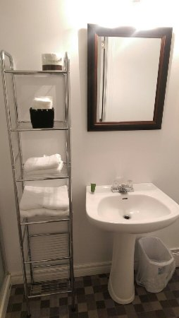 New Glasgow, Canada: Clean & tidy bathroom. Love the shelving!!