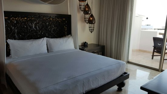 Cabo Azul Resort: Bedroom of the studio apartment. Very comfortable bed.