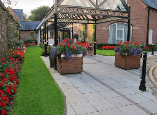 Worsley, UK: Welcoming entrance, lovely flowers well caed for and colourful.