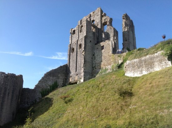 Corfe Castle, UK: Looking up from the entrance pathway. It looks forbidding but isn't too hard to climb.