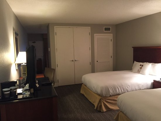 Saint Louis Park, MN: Large clean room! Suite-like with large separate living area plus a balcony.