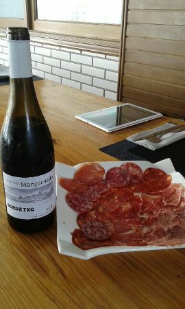 Deba, สเปน: Vino del menú tabla de ibéricos