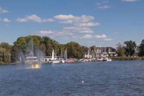 Roebel, Duitsland: aus Sicht der Hafen-Promenade auf das Hotel Seestern