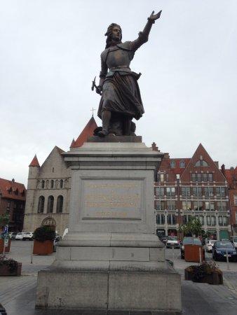 Tournai, Belgien: La statue en bronze de Christine De Lalaing