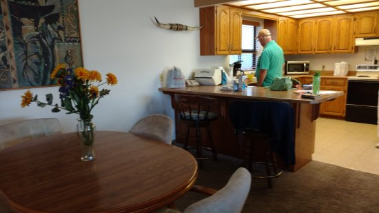 Gold Beach, OR: kitchen/dining area
