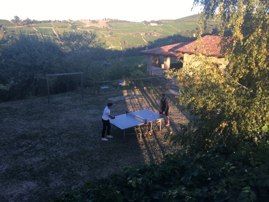 Trezzo Tinella, Italia: A ping pong game with a view