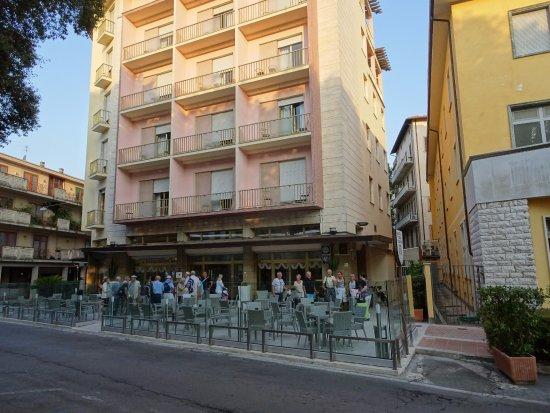 Hotel Terme Pellegrini : Hotellets framsida med uteservering
