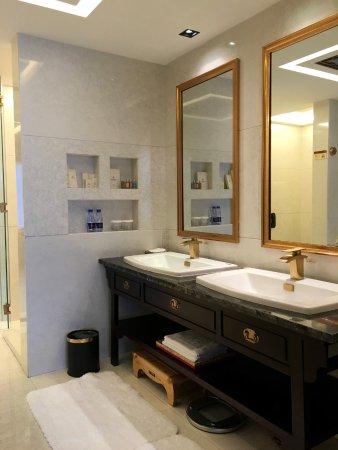 Chengde, China: Executive Suite. Bathroom